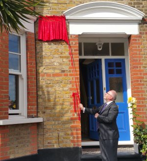 RICHARD HAYES UNVEILING THE BLUE PLAQUE IN HONOUR BOF HIS FATHER TUBBY